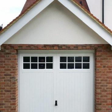 Garador Ashton, Cedar Retractable Door in White
